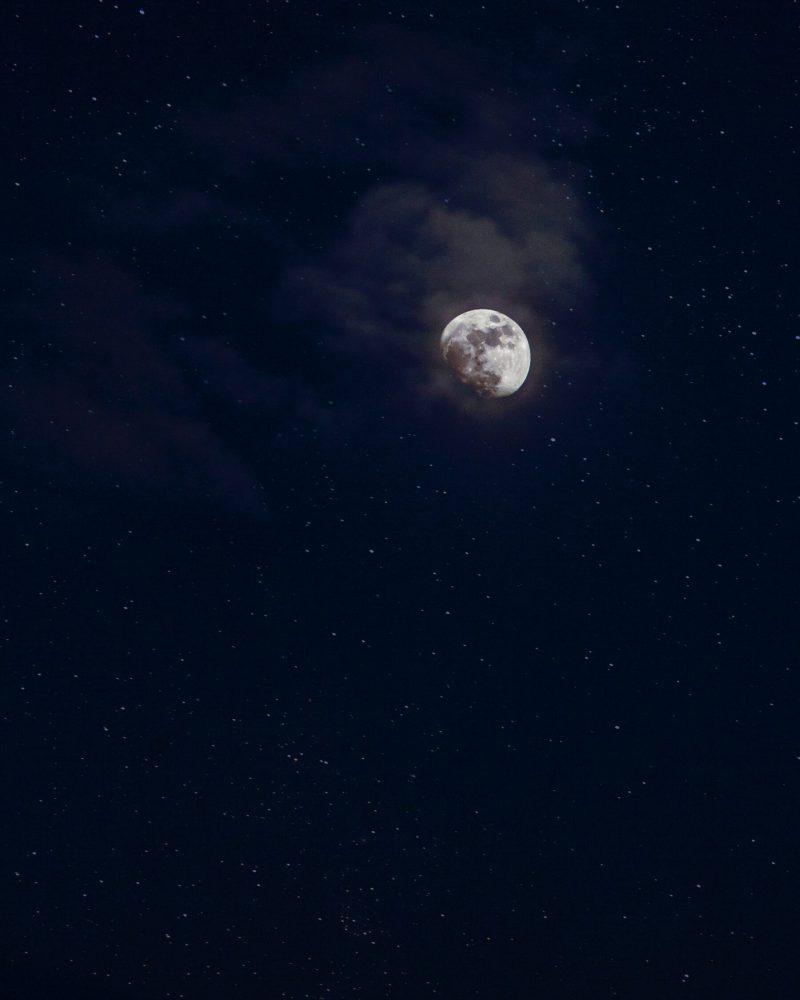 Mond in dunklem Sternenhimmel